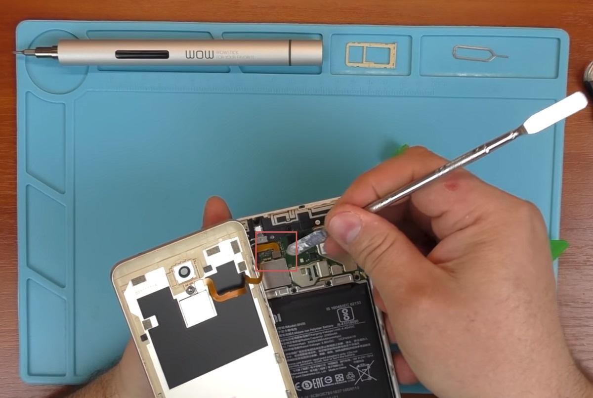 Отсоединение кабеля отпечатка пальцев от материнской платы Xiaomi Redmi