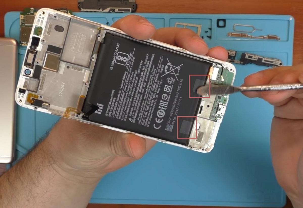 Липкие прокладки, которые держат аккумулятор телефона на месте