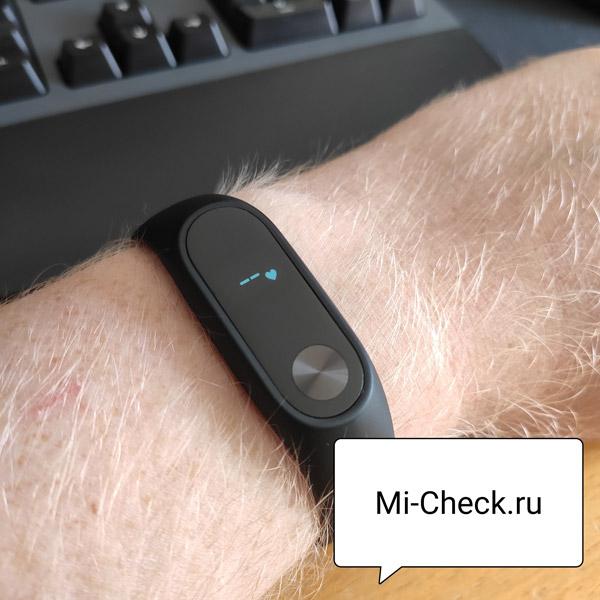 Процесс измерения пульса фитнес-браслетом Xiaomi Mi Band