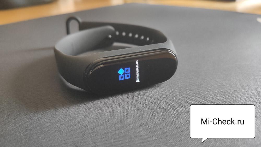 Выбор меню Дополнительно на браслете Xiaomi Mi Band 4
