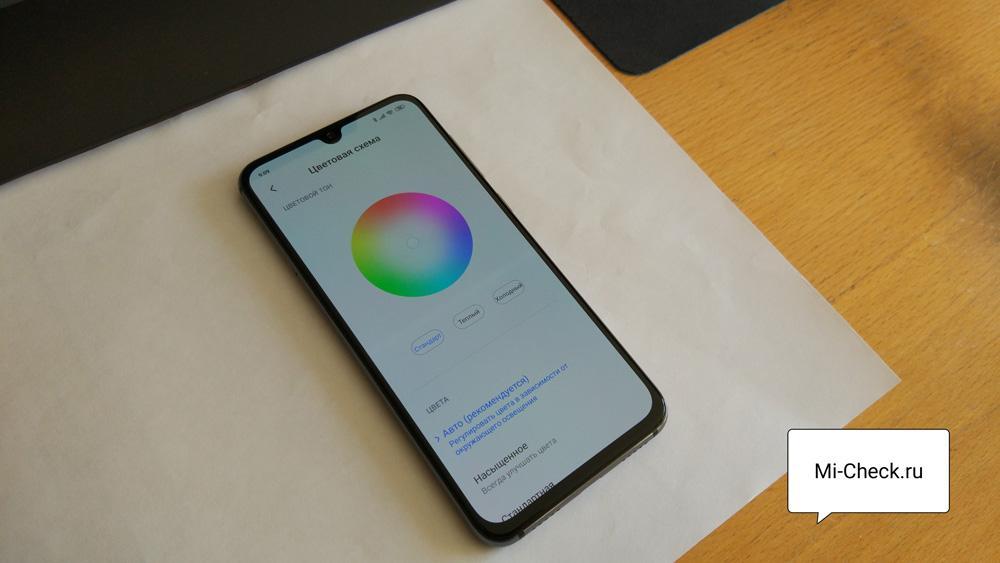 Телефон Xiaomi на белом листе бумаги для калибровки белого цвета